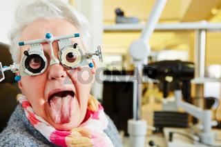 Alte Frau streckt Zunge raus