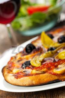 Closeup einer Pizza mit Rotwein