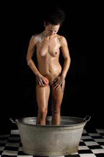 Mädchen badet im Waschzuber