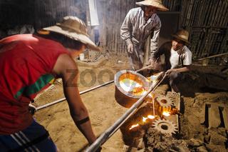 Arbeiter in einer Gießerei, Nyaung Shwe, Myanmar