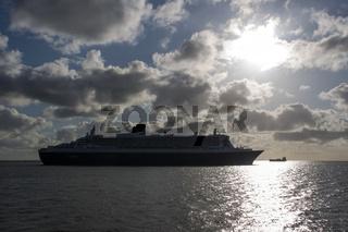 Die Queen Mary 2 früh morgens in der Elbmündung vor Cuxhaven, Deutschland