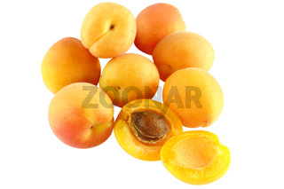 Acht Aprikosen - eine aufgeschnitten - freigestellt