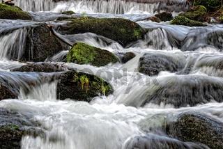 Wasser über die Steinbarriere