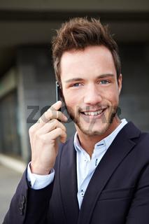 Lächelnder Mann mit Handy
