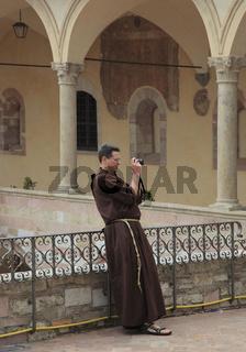 fotografierender Mönch im Kreuzgang des Kloster San Francesco in Assisi