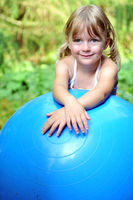 Kind mit Gymnastikball