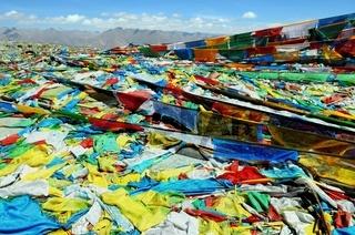 Kampa La Pass mit Gebetsfahnen  Tibet China