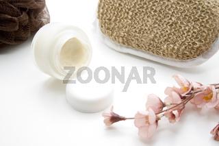 Gesichtscreme mit Massageschwamm
