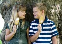 Geschwister mit Eis