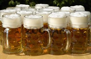 Bierkrüge im Biergarten