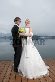 Braut mit Tatoo, mit Bräutigam, stehend