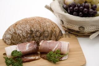 Schinken mit Brot und Trauben