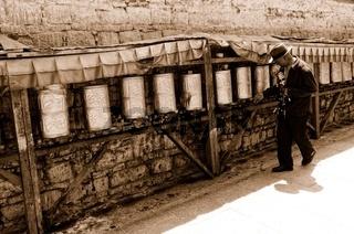 Pilger beim drehen der Gebetsmühlen  Lhasa Tibet