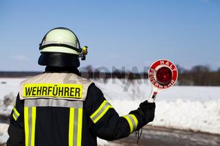 Feuerwehr Einsatz Wehrführer mit Halt Kelle