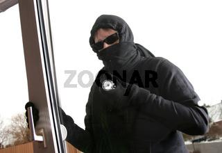 Einbrecher an einem Terassenfenster