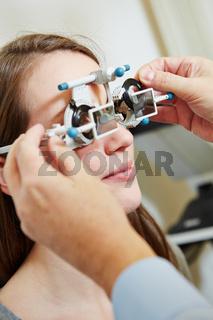 Optiker setzt Messgläser in Messbrille