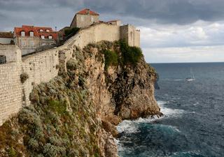 Stadtmauer und stürmisches Meer