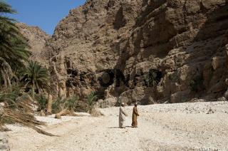 Zwei arabische Männer im Wadi Shab, Oman
