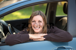 Lachende Autofahrerin