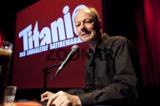 Martin Sonneborn liest auf der Tour Krawall und Satire