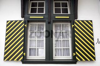 Fenster mit bunten Fensterläden