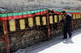 Pilger beim drehen der Gebetsmühlen in Lhasa Tibet