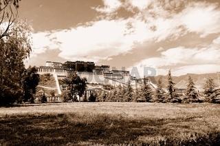 Potala Palast in Lhasa Tibet sepia