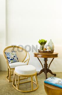 Tisch und Stuhl in einer eleganten Inneneinrichtung