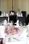 Tischdekoration mit Blumenschmuck und Kerzen im Restaurant