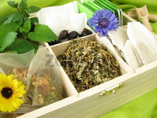 Teevielfalt mit Teebeuteln und Teekraeutern