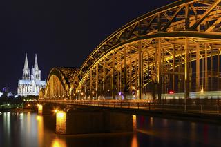 Kölner Dom mit Hohenzollernbrücke bei Nacht