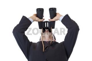 Geschäftsmann schaut mit Fernglas hoch zum Himmel.