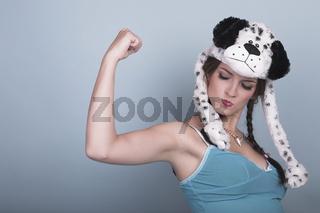 Junges Model mit Hundemütze