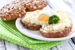 frisches Brötchen mit Eiersalat