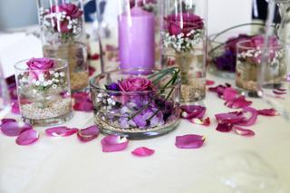 Schöne Tischdekoration mit Blütenblättern und Kerzen im Restaurant