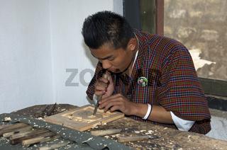 Student bei der Ausbildung zu Holzschnitzern am Nationalen Institut für traditionelles Kunsthandwerk