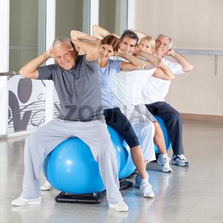 Senioren beim Rückentraining im Fitnesscenter
