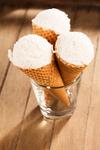 drei vanille eiscreme waffeln stehend in einem glass