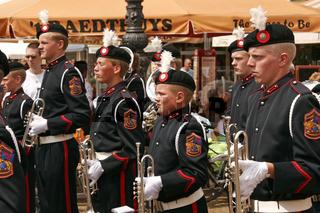 Parade mit Spielmannszügen auf dem Marktplatz von Delft
