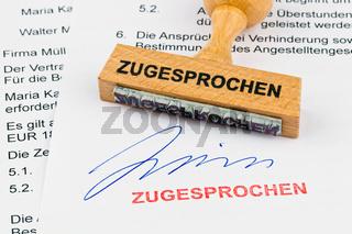 Holzstempel auf Dokument: Zugesprochen