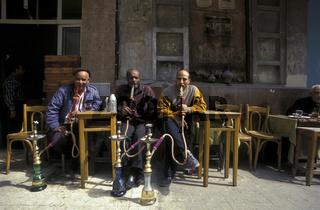 Ein Cafe in der Altstadt von Alexandria in Aegypten in Nordafrika.