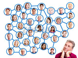 Mann schaut auf soziales Netzwerk