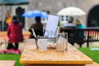 Tisch im Regen