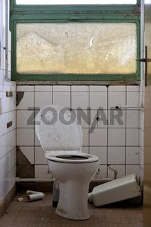 Toilette in einer stillgelegten Fabrik