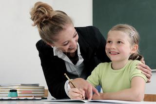 Eine junge Lehrerin im Unterricht
