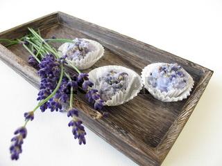 Handgemachte Seifenpralinen mit Lavendel