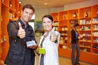 Kunde und Apothekerin halten Daumen hoch