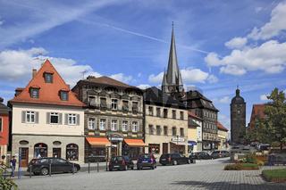 Stadtzentrum mit katholischer Stadtpfarrkirche Mariä Himmelfahrt und Oberes Tor ( Kronacher Torturm) von Lichtenfels, Oberfranken, Bayern, Deutschland