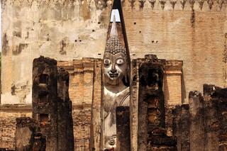 Die Buddha Figur  im Wat Si Chum Tempel in der Tempelanlage von Alt-Sukhothai in der Provinz Sukhothai im Norden von Thailand in Suedostasien.
