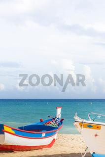 bemalte fischerboote am strand